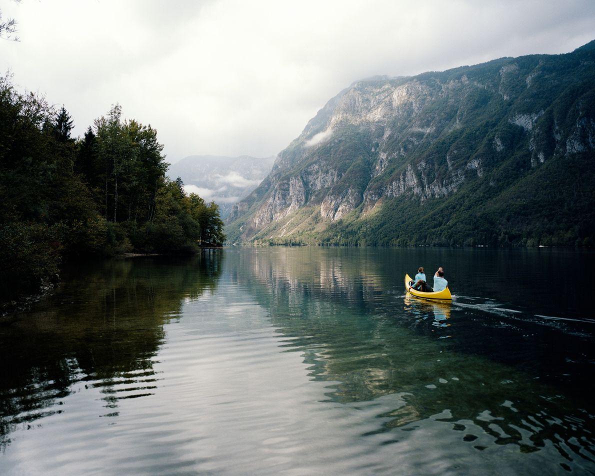 Julia et Ralph, deux touristes allemands, pagaient sur le lac Bohinj en compagnie de leur chien ...