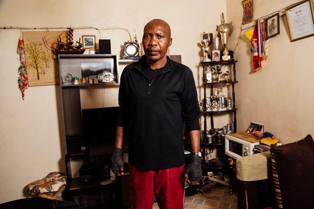 Kenneth Ochieng, dit « Valdez », est l'un des boxeurs kenyans les plus titrés. Il est revenu au Kenya ...