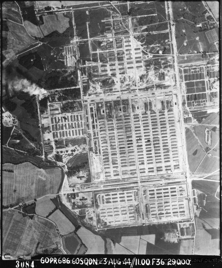 Vue aérienne du camp d'extermination d'Auschwitz-Birkenau (cliché de laRAFdu 23 août 1944) ; l'entrée se trouveen ...