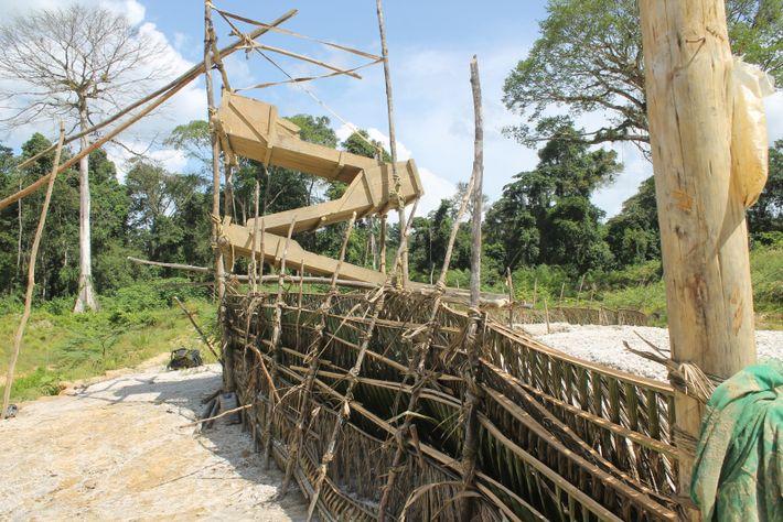Table de levée artisanale dans un chantier alluvionnaire.