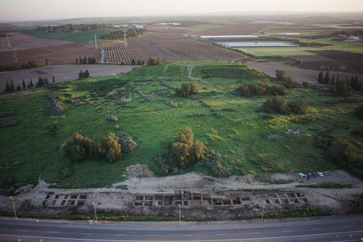 Le cimetière du site de Tel Erani, datant du début de l'âge du fer, au 11e ...