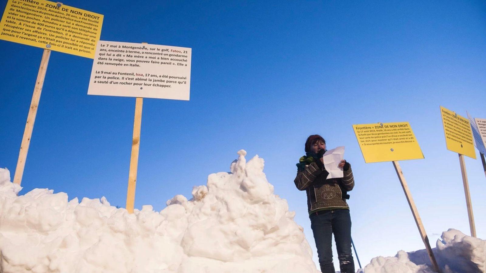 300 personnes munies de pancartes se sont réunies lors de la Grande Maraude Solidaire en mars ...