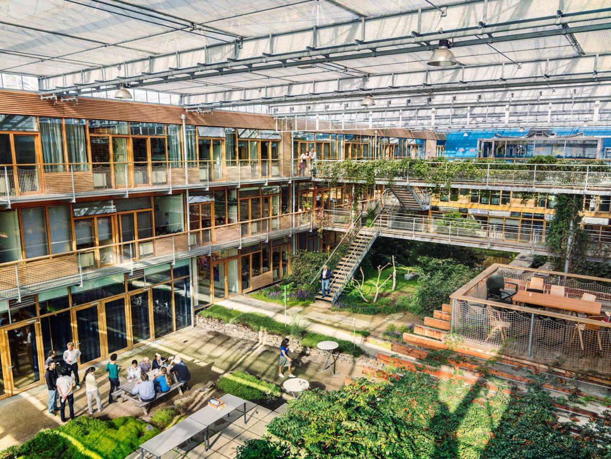 Conçu afin de brouiller la frontière entre les espaces intérieurs et extérieurs, le bâtiment Lumen de ...