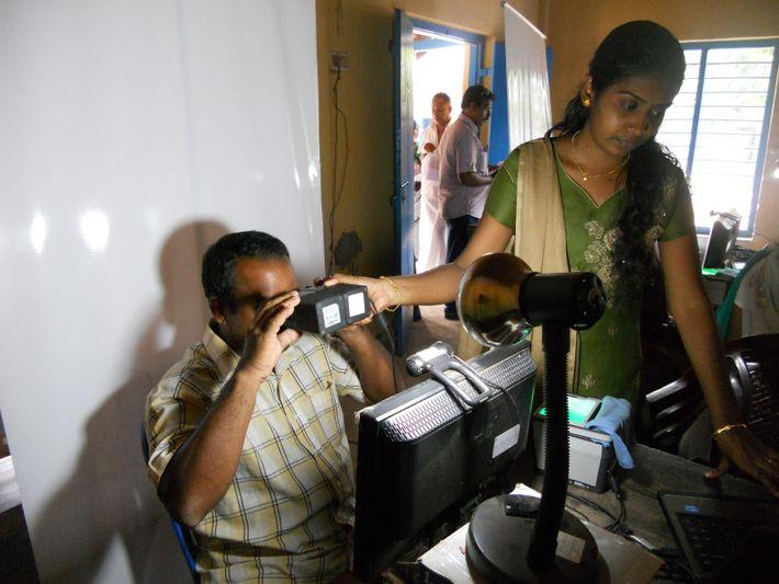 Collecte d'une image de l'iris pour le système Aadhaar.