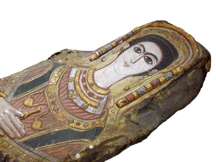 Momie d'une jeune fille. La photo montre la décoration du linceul de la momie. Museum of ...