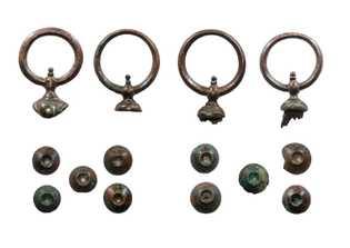 Éléments en bronze du joug et des harnais de l'attelage. Cespièces sont caractéristiques de l'art celte.