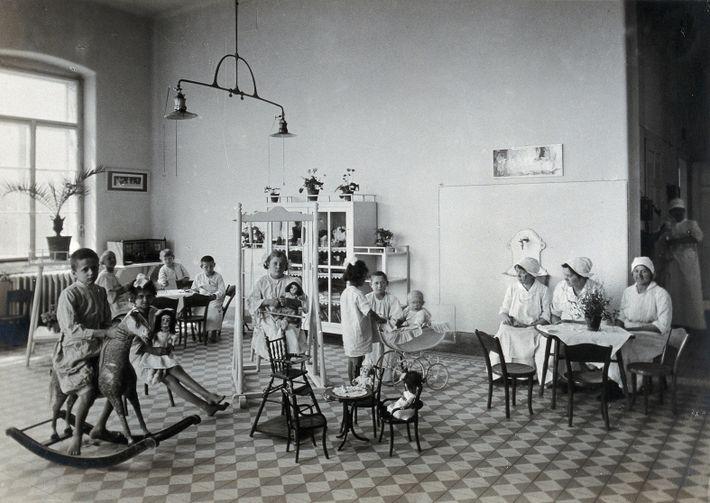 Une salle de jeux à l'hôpital pour enfants, 1921.