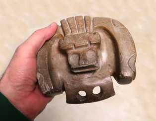 Figurine de pierre polie de la région d'Obidós, en aval du fleuve Amazone au Brésil. Ce ...