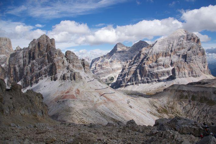 Aux pieds du massif des Tofane, dans les Dolomites centrales, on peut observer les niveaux rocheux ...