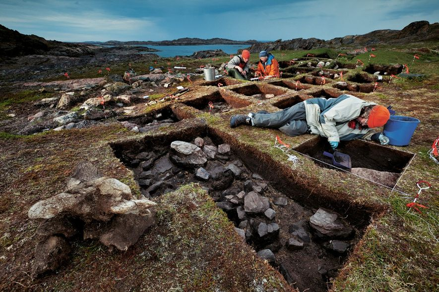 Avec ses collègues, l'archéologue Patricia Sutherland (en veste orange) met au jour ce qu'elle croit être un avant-poste viking. L'île de Baffin possédait de la tourbe pour construire des huttes et un port pour accueillir les bateaux.
