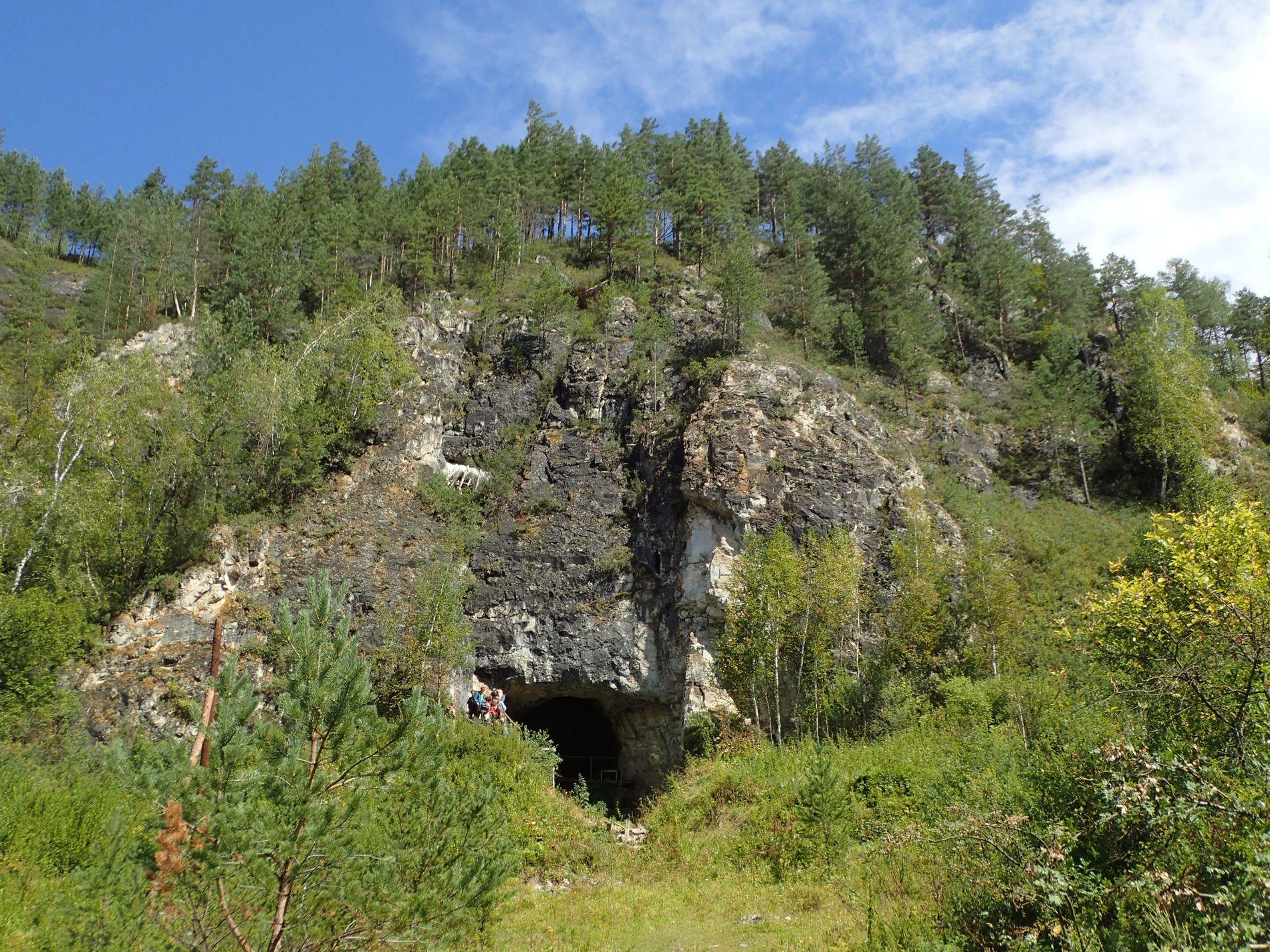 Entrée de la grotte de Denisova.
