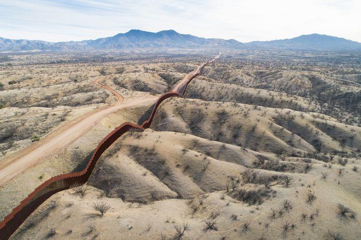 Une vue aérienne du côté mexicain de la frontière, à l'est de Nogales. La portion de mur nouvellement ...