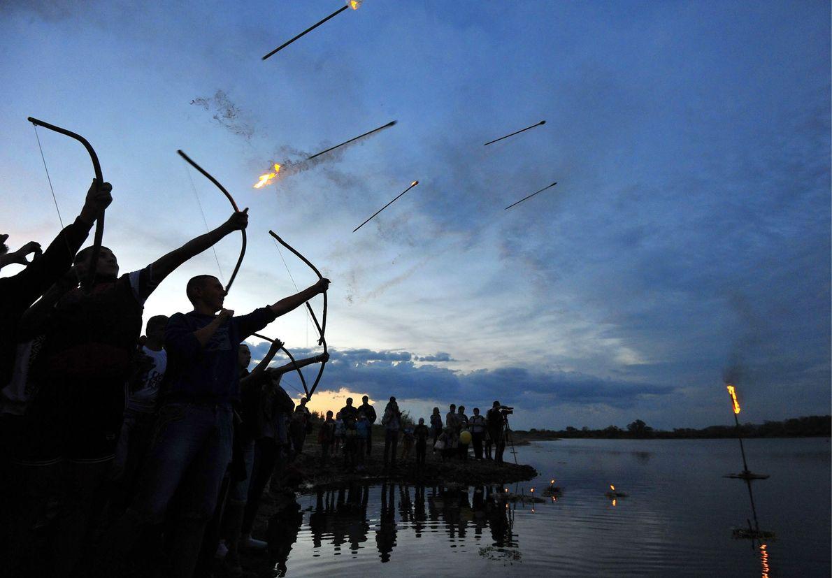 En 2016, à Turov, des personnes tirent des flèches enflammées pour fêter la nuit de Kupala, ...