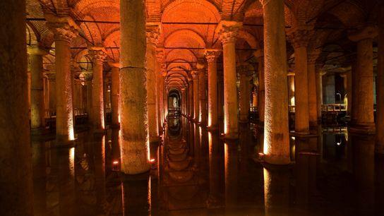 La Citerne-Basilique d'Istanbul contenait autrefois quelque 66 000 mètres cubes d'eau.