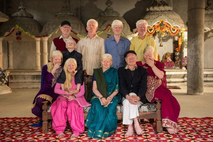 À Delhi, en Inde, trois générations d'une famille albinos posent dans un portrait de famille rare, ...