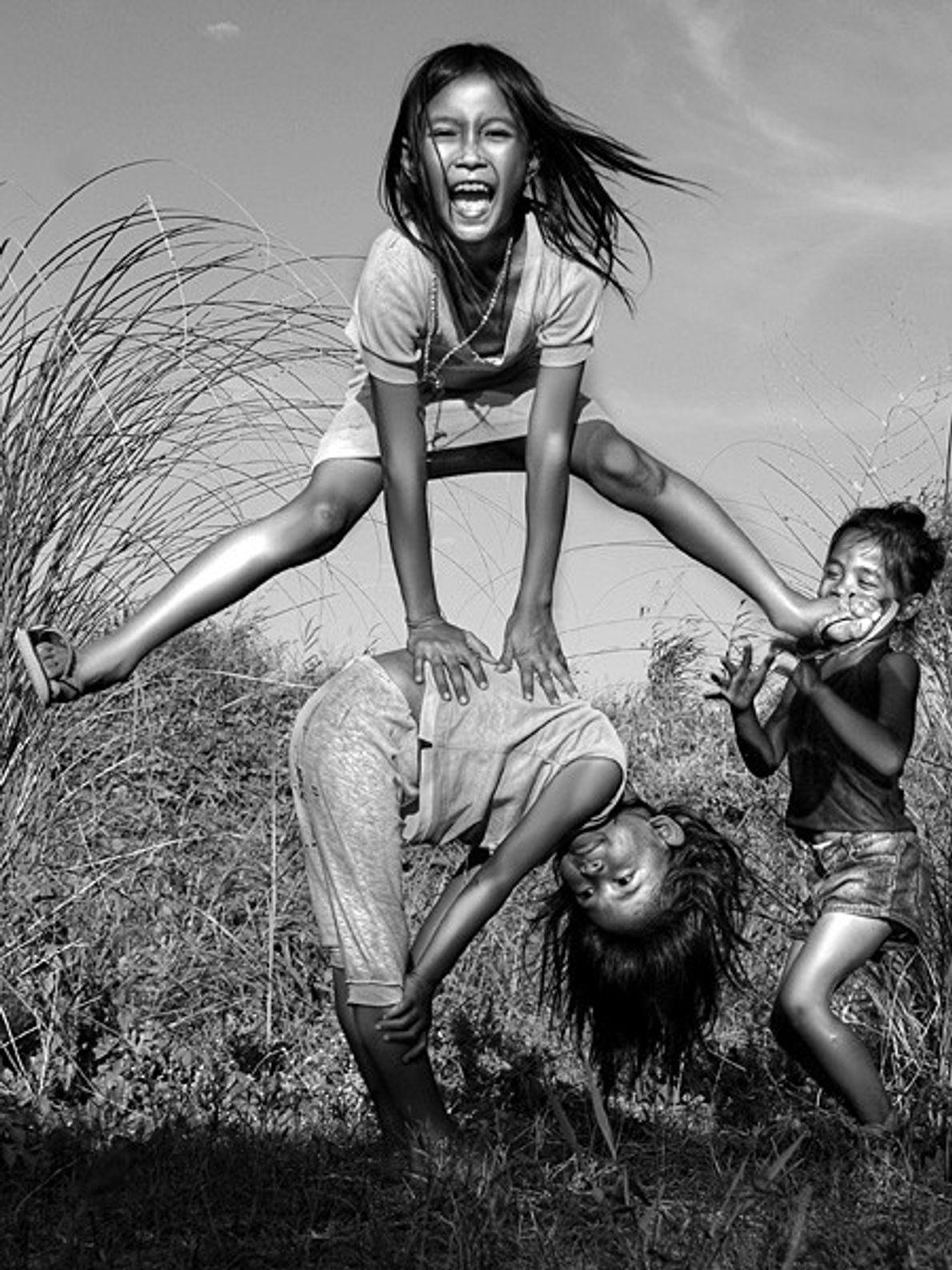 Des enfants en pleine partie de jeu, aux Philippines