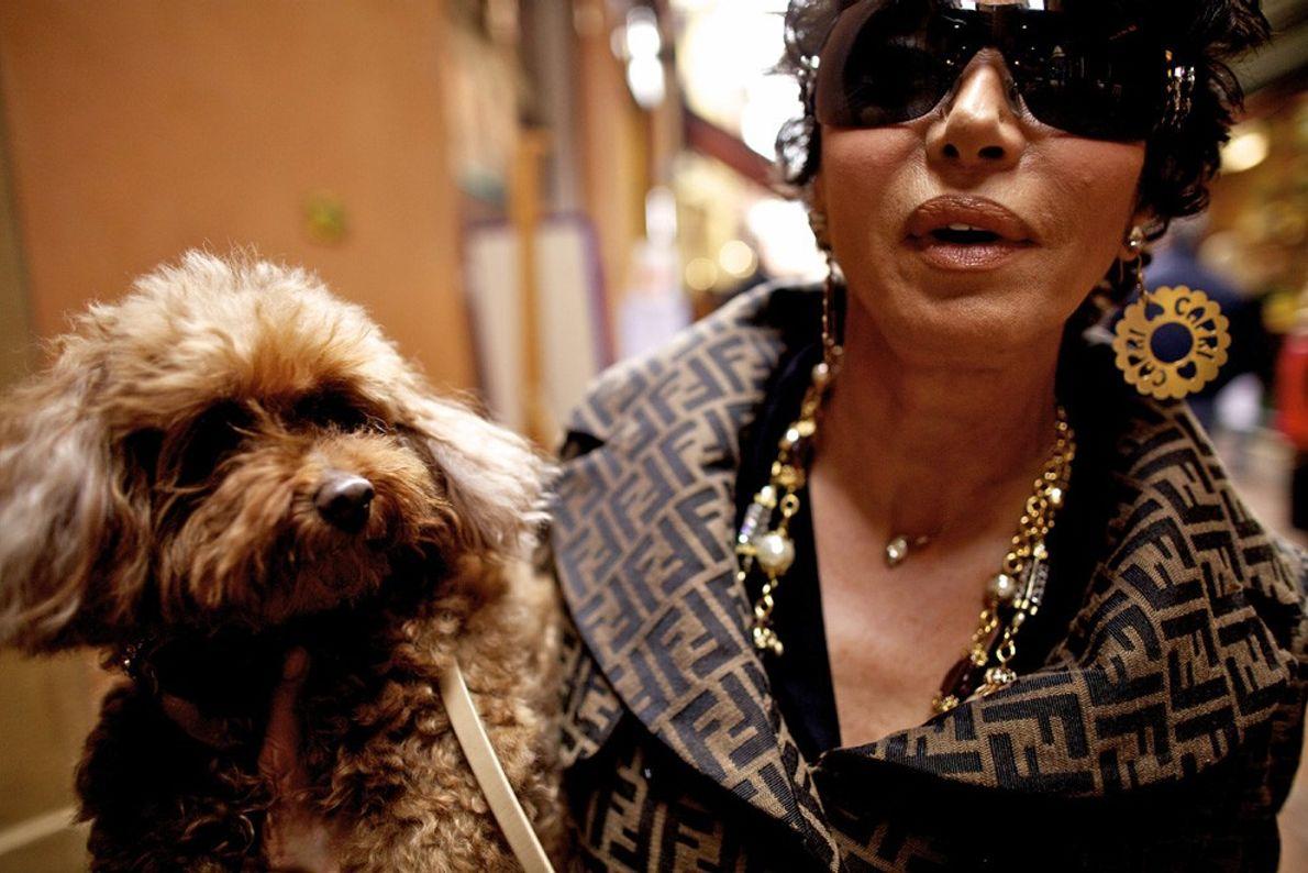 Une femme et son chien à Bologne