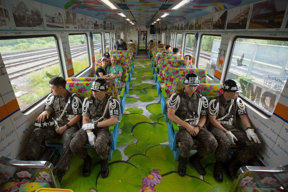 En Corée, le train de la paix à destination de la DMZ transporte des soldats sud-coréens ...
