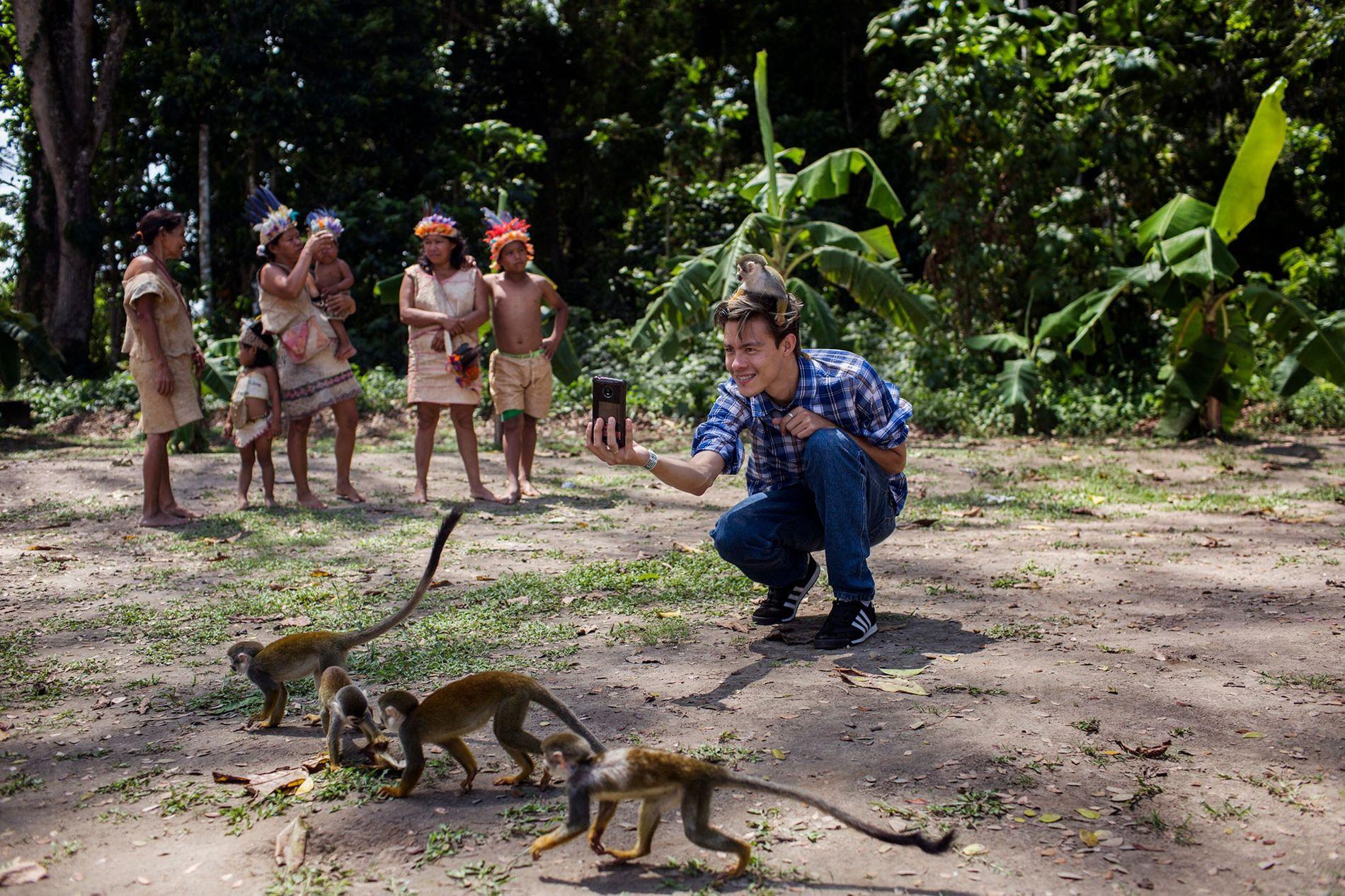 Un jeune homme se prend en selfie sur la Isla de los Micos, dans l'Amazonie colombienne. ...