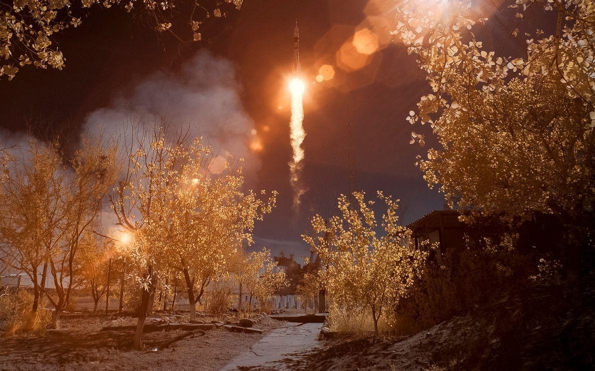 Sur cette photographie infrarouge recolorisée, la fusée Soyouz MS-10 décolle du cosmodrome de Baïkonour en octobre ...
