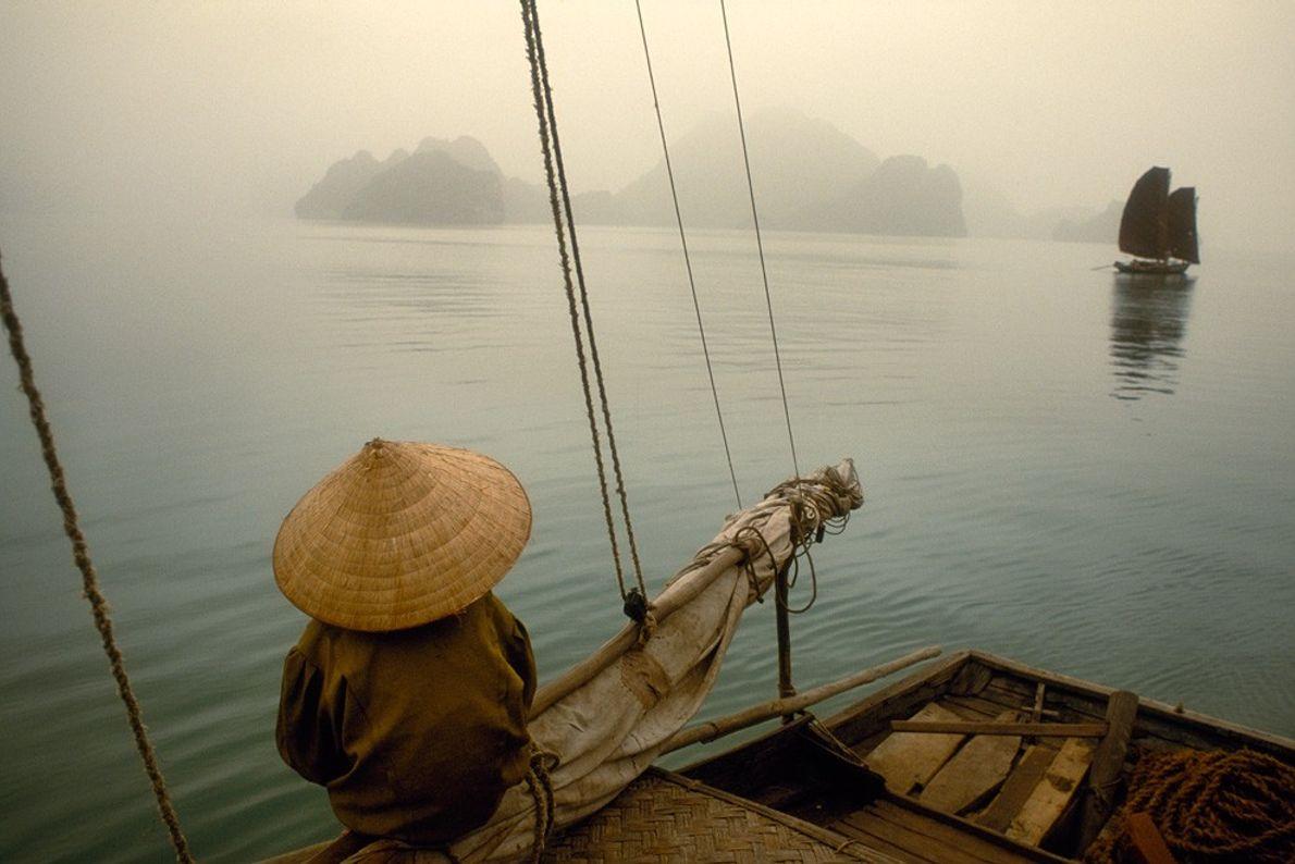 Bateau de pêche, Baie de Ha Long - Brume et brouillard