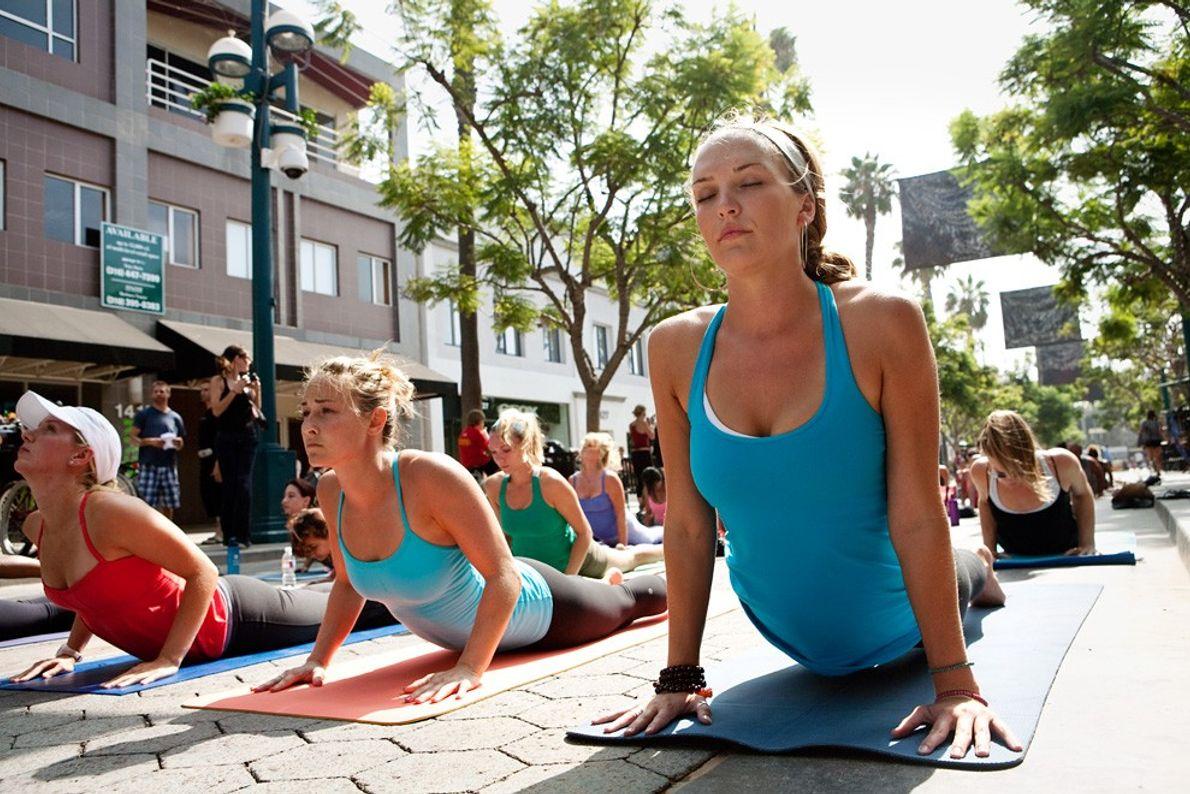 Yoga en plein air, Santa Monica - Lumière de mi-journée : les gens