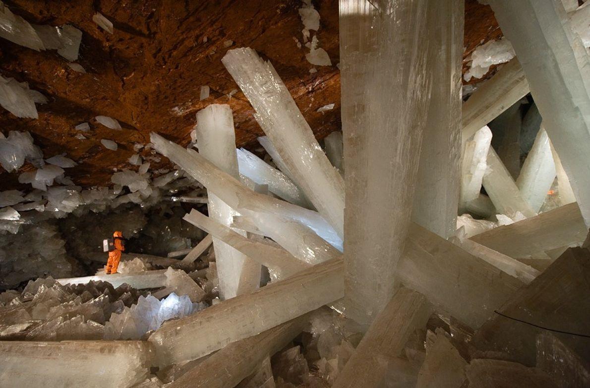 Un spéléologue explore un paysage hors norme dans la bien nommée grotte des Cristaux de Naica ...