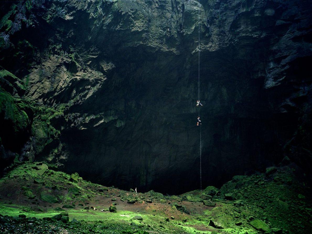 Telles les araignées sur leur toile, ces spéléologues entament la descente vertigineuse du gouffre des Hirondelles, ...