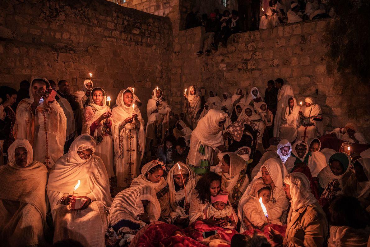 Des pèlerins éthiopiens orthodoxes célèbrent Pâques sur le toit de l'église du Saint-Sépulcre, à Jérusalem. Lors ...