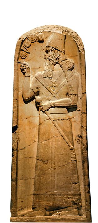 Une stèle du 9e siècle av. J.-C. découverte dans le temple de Nabû, situé à Nimroud ...