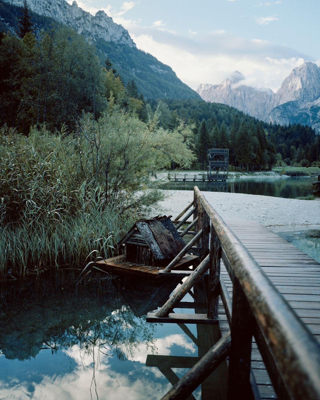 Une jetée en bois s'étend au-dessus des eaux turquoise du lac Jasna, sur lequel veillent les ...