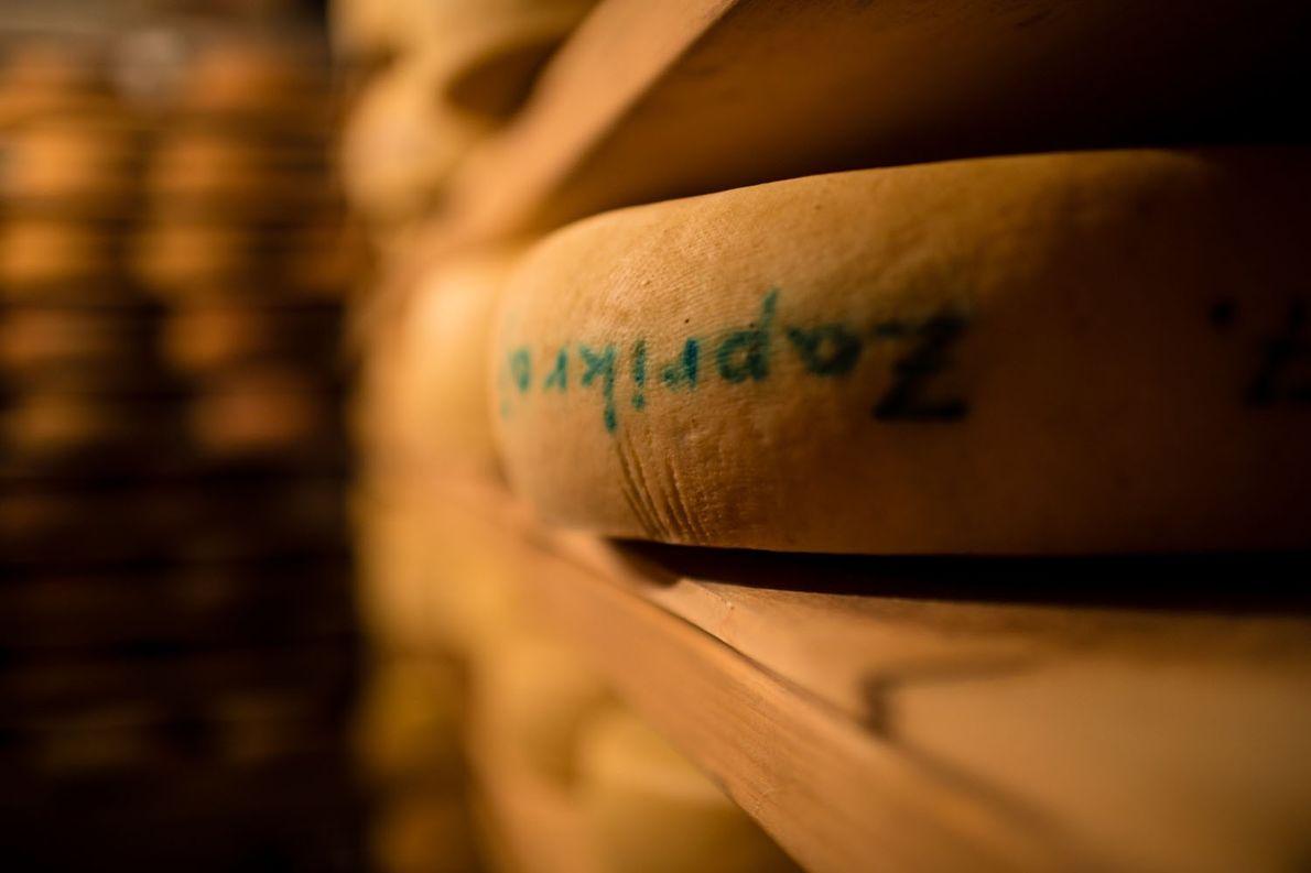 Dans la réserve du restaurant Hiša Franko, des meules de fromage traditionnel slovène reposent sur des ...