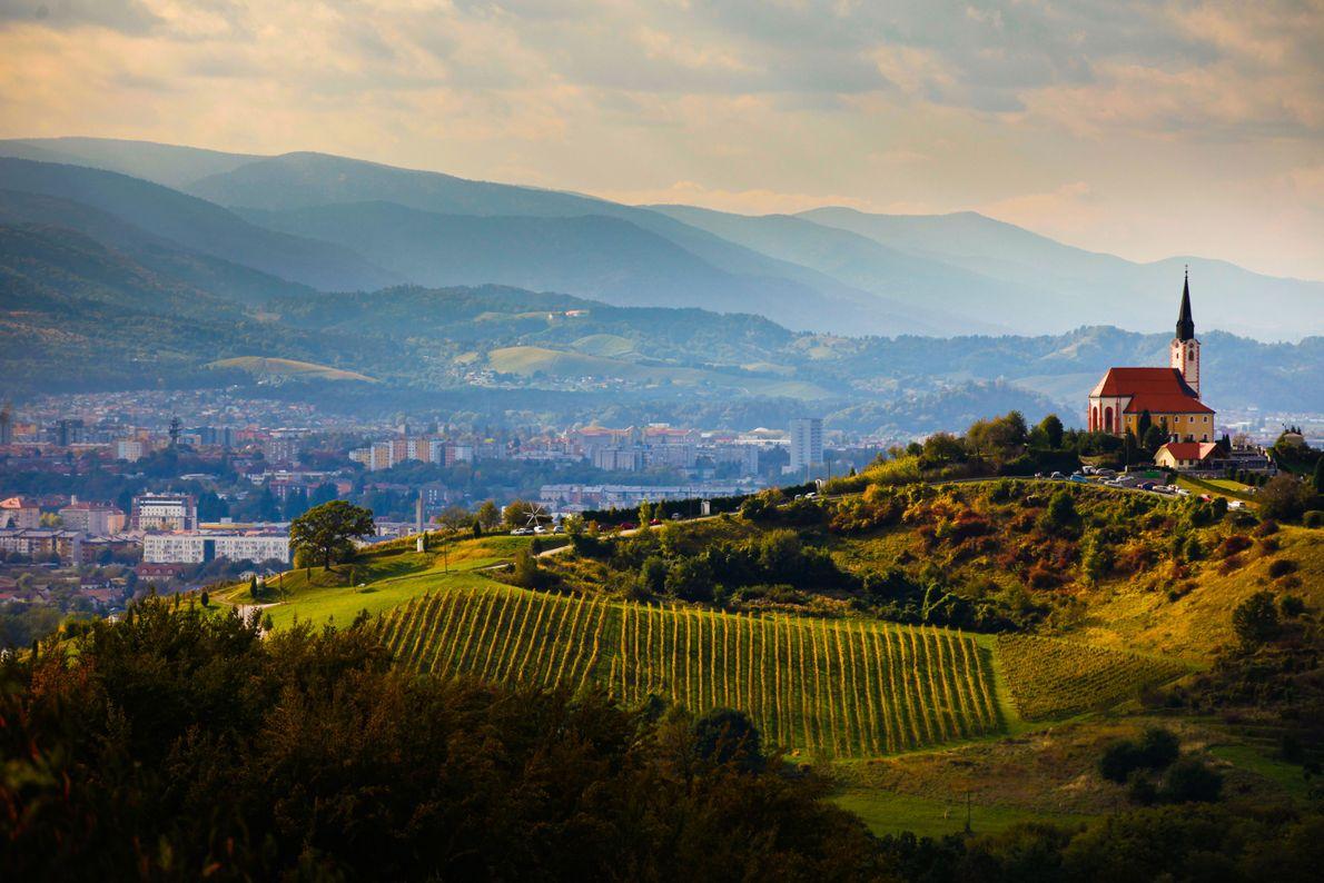 Maribor, la deuxième plus grande ville de Slovénie, est abritée par les montagnes de Pohorje. De ...