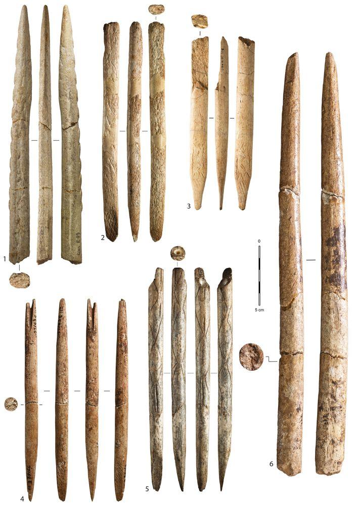 Armes et outils fabriqués en os de grands cétacés vieux de 18,000 à 15,000 ans. 1 : ...