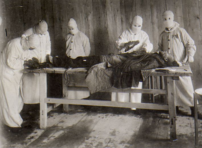 Autopsie d'un pestiféré lors de l'épidémie de peste en Mandchourie (Chine) en 1911.