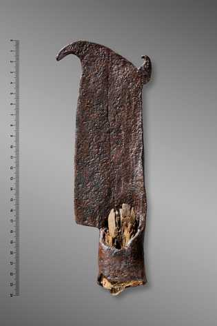 Outil en fer (émondoir) datant des XIe-XIIIe siècles, découvert au col de Cleuson (Nendaz/Bagnes; VS).