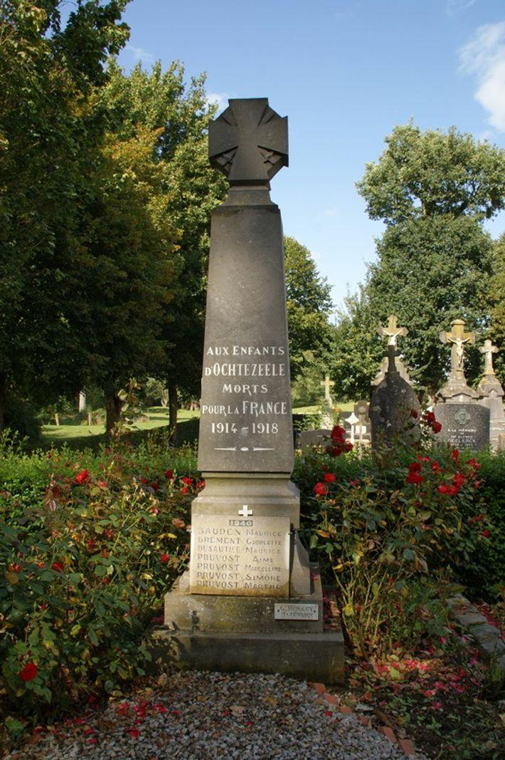 Ochtezeele (59). La  croix de guerre au sommet du monument n'a pas la tête de la ...