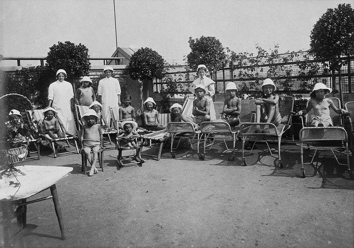 Le « service de plein air » sur le toit-terrasse de l'hôpital pour enfants, 1921.