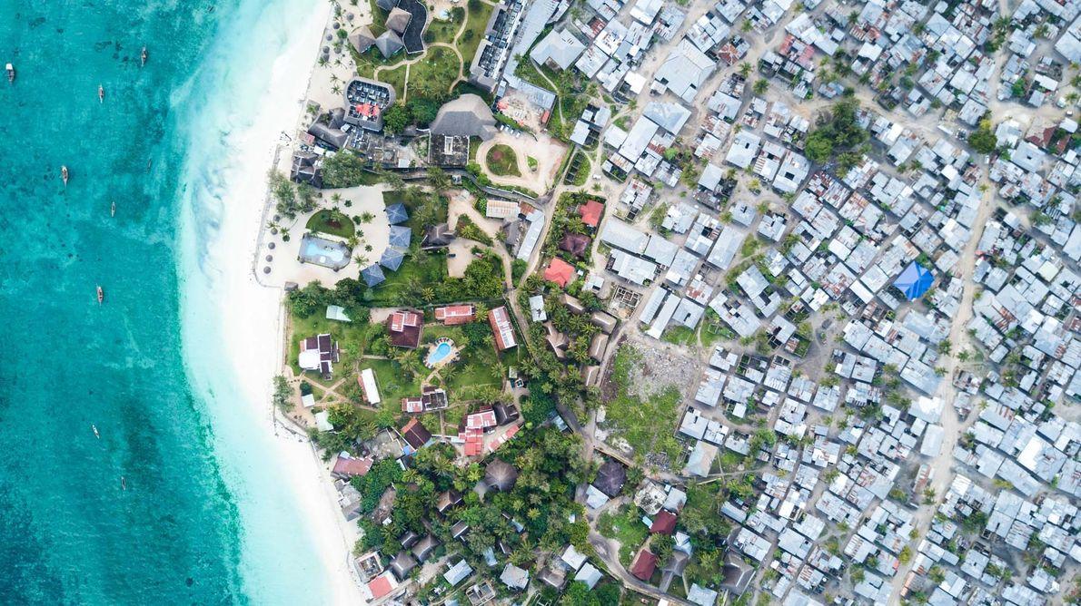 Sur la côte nord de Zanzibar, les hôtels de luxe utilisent une quantité disproportionnée des ressources …