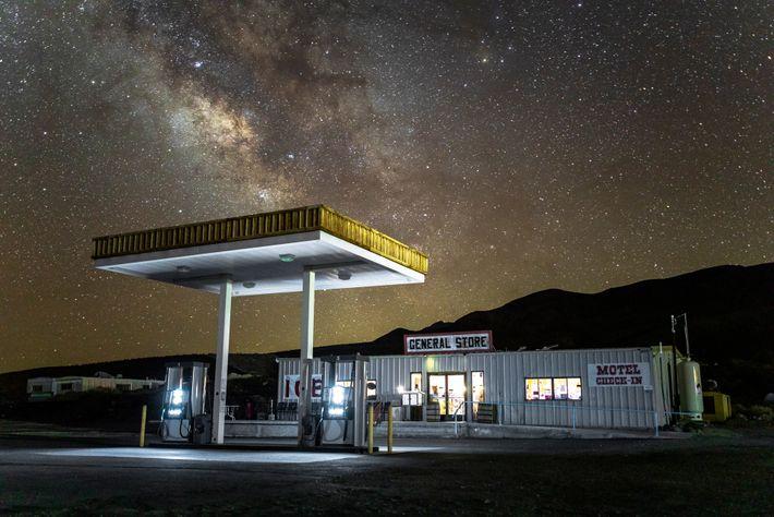 La Voie lactée est plus brillante au-dessus de Panamint Springs grâce à la lumière tamisée de ...