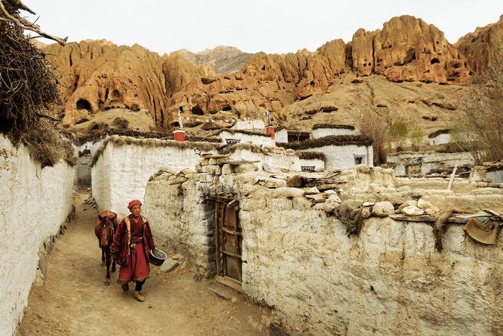 Tsewang Tashi, un lama tibétain, guide son cheval dans Samdzong, non loin de la frontière chinoise. ...