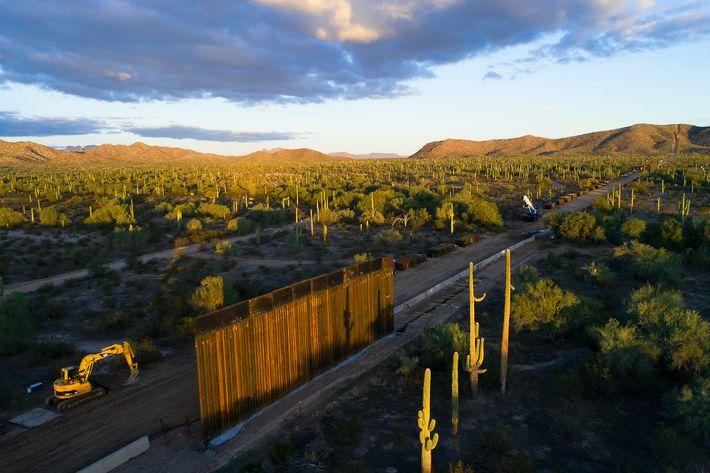 Vue aérienne de la construction du mur à l'Organ Pipe Cactus National Monument en novembre 2019, ...