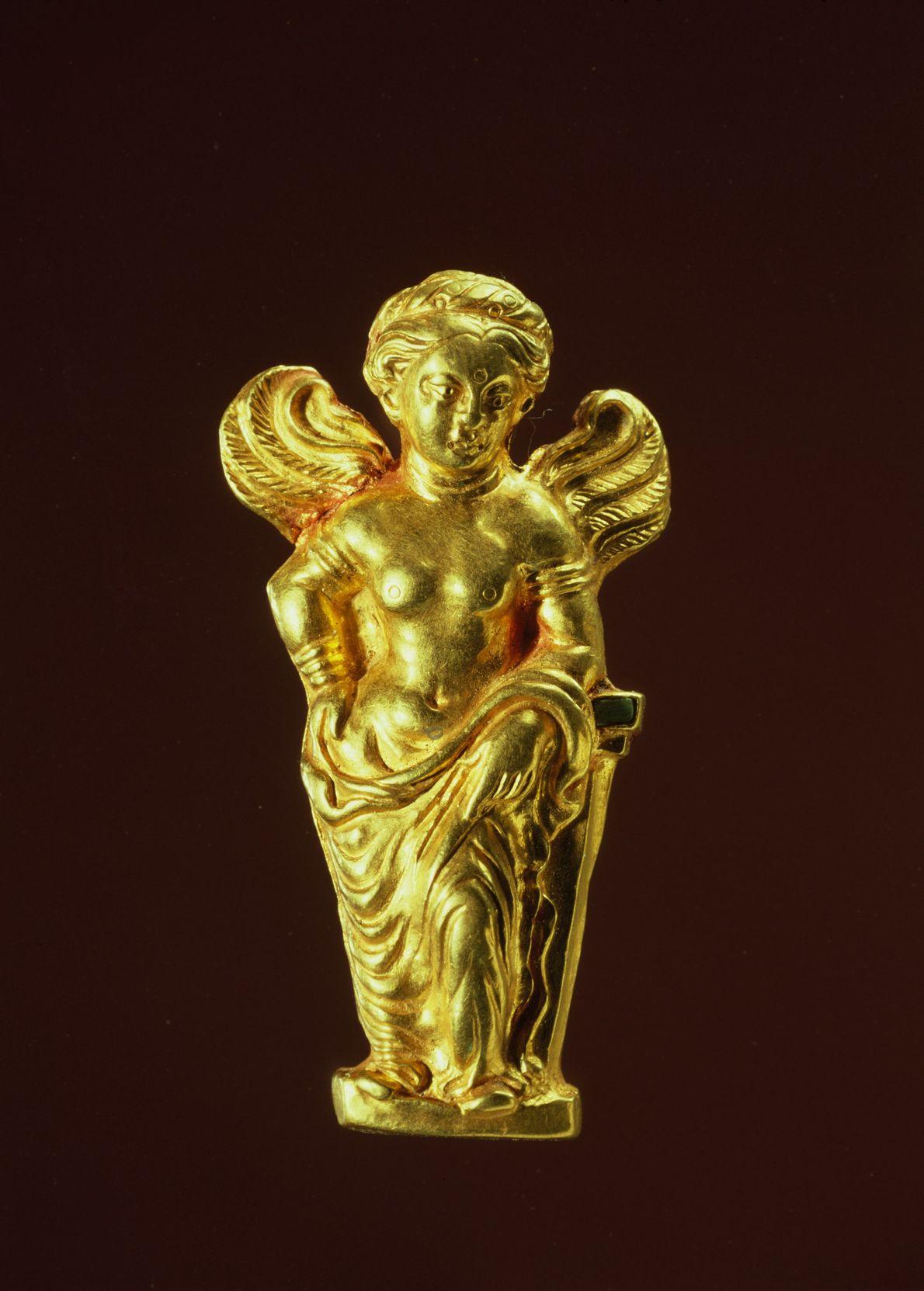 Cette figurine en or, représentant la déesse grecque de l'amour dont le front présente un tilak, ...