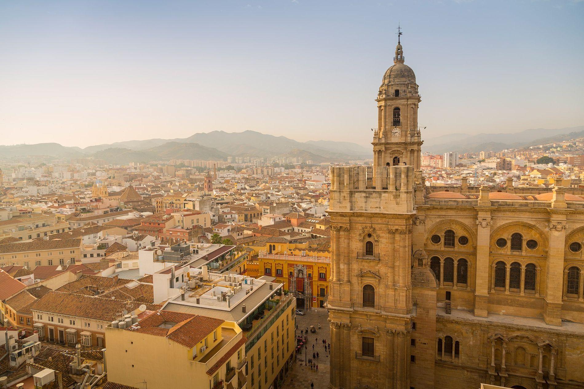 La majestueuse cathédrale de Malaga se dresse au-dessus de la ville.