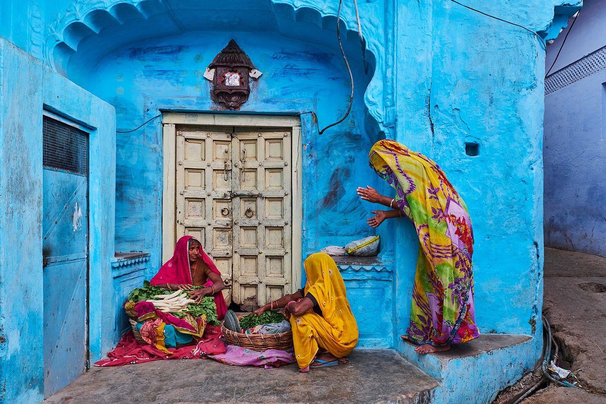 À Jodhpur, au Rajasthan, des femmes portent des saris de style Bandhani teints par nœuds, typiques ...