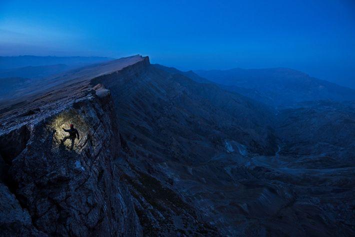 L'écrivain Mark Synnott gravit une falaise dans la chaîne de Boysuntov, en Ouzbékistan. Ce mur de ...