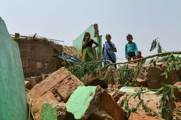 Des villageois constatent les dégâts de la tempête de sable qui a touché Kheragarh, dans les ...
