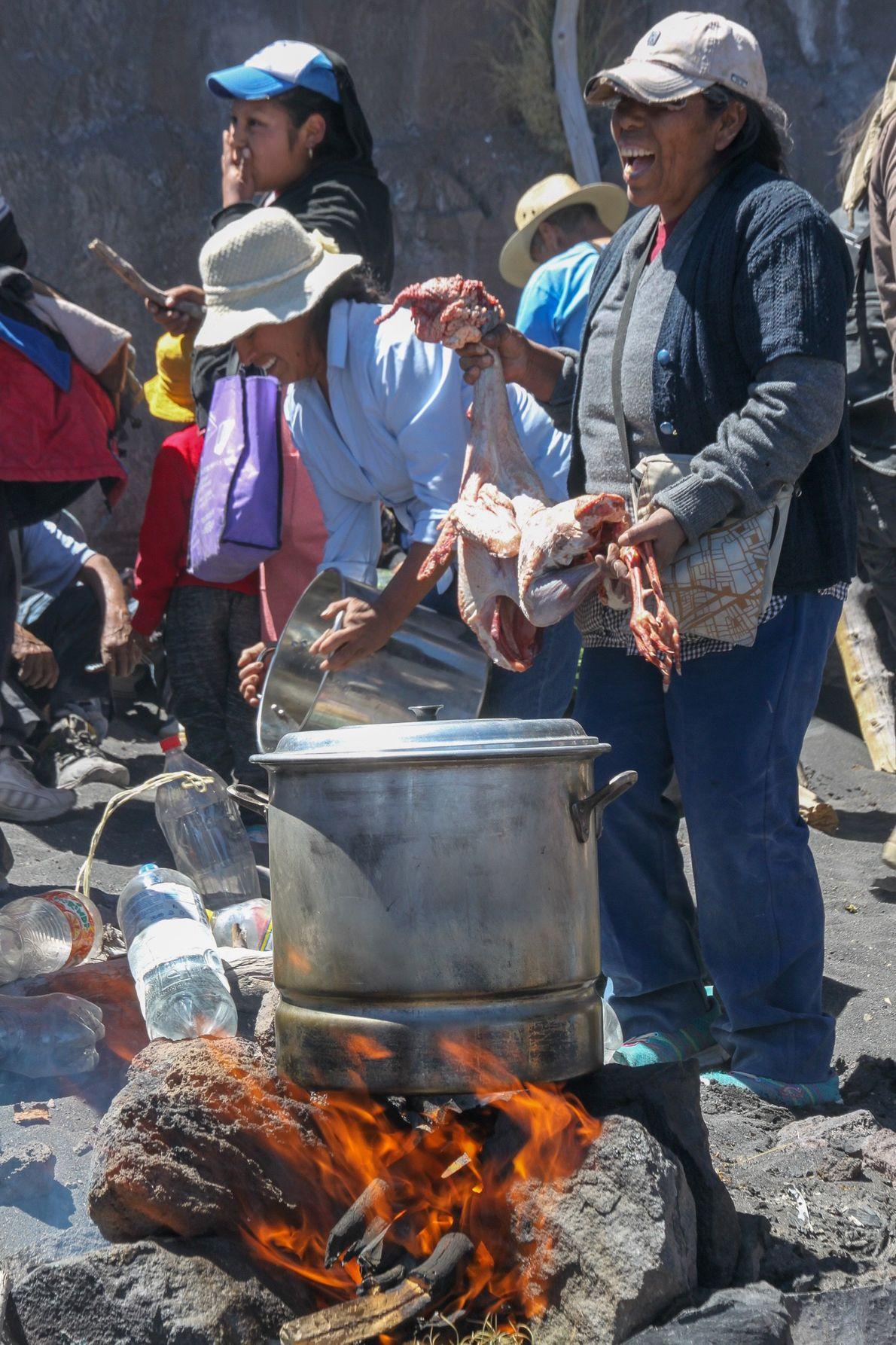 La cérémonie se prépare dans l'attente de Don Antonio, guide spirituel du volcan. Ci-dessus la préparation ...