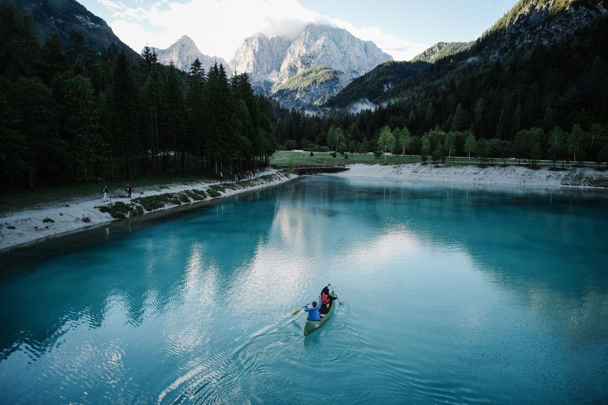 Au petit matin, un canoë fend les eaux du lac Jasna. Si vous arrivez suffisamment tôt, ...