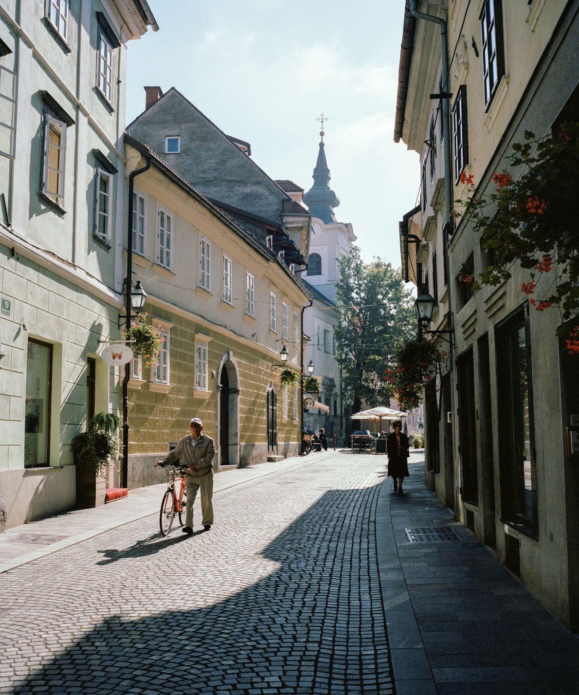 Partez explorer les rues baignées de soleil de la capitale slovène, Ljubljana. En moins de deux ...